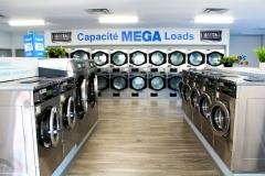 Notre belle laverie moderne avec beaucoup de laveuse et sécheuses de différentes capacités