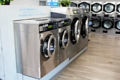Machines à grande capacité pour un lavage efficace. Toutes nos machine sont Maytag en acier inoxyclable.